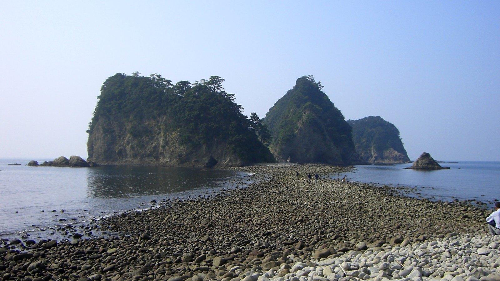 珍しいトンボロ現象:潮が引くと現れる海の中の道。三四郎島へ