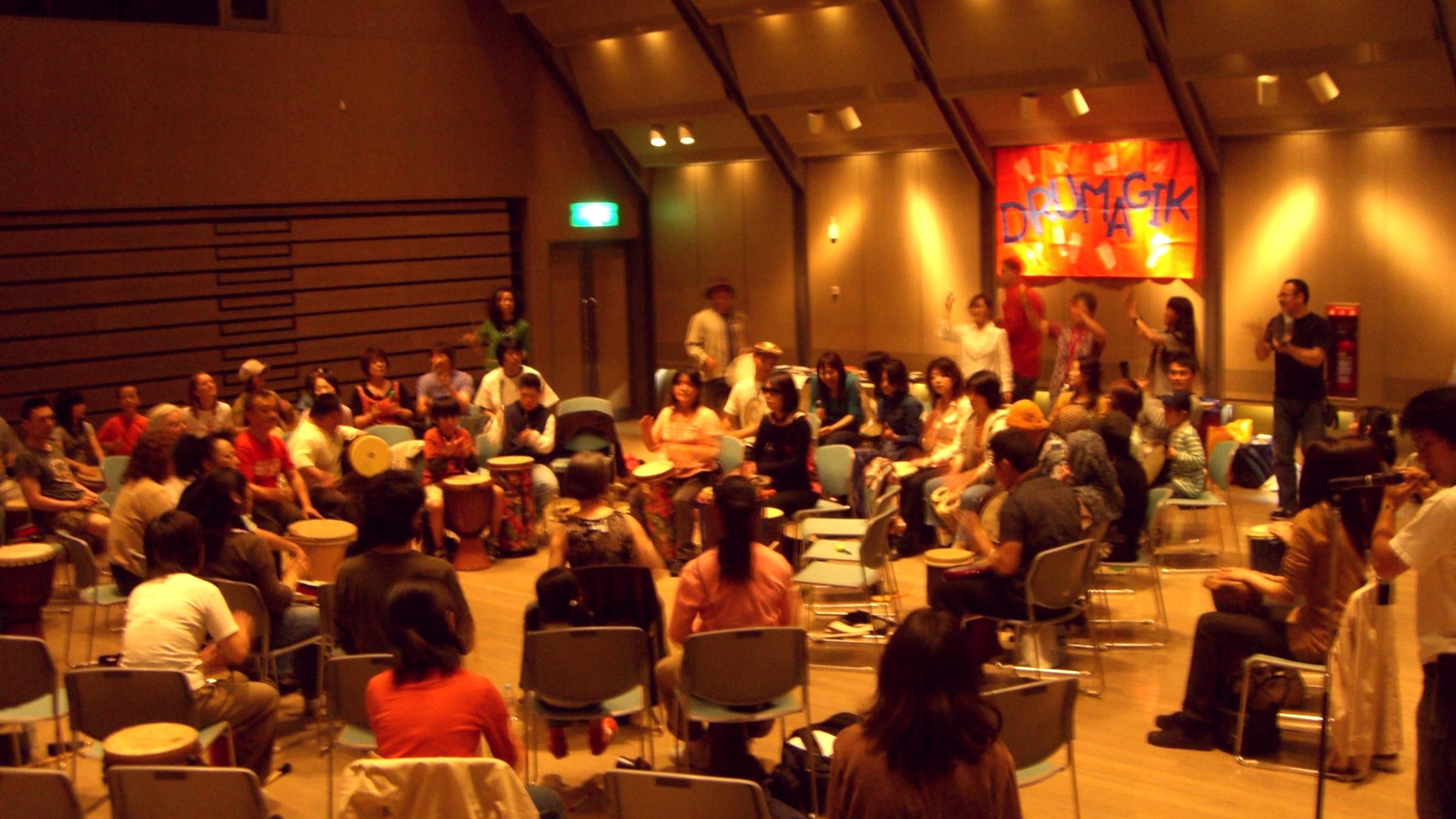 ジョナサン・マリー氏によるコミュニティ・ドラムサークル。八王子にて70人参加!